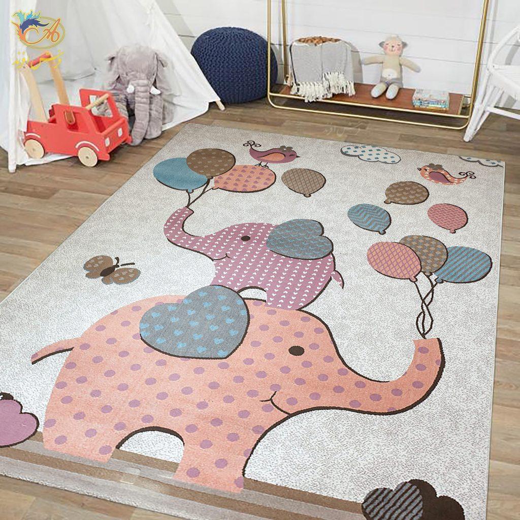 در این تصویر فرش سیسمونی افرند مدل فیل کوچولو را میبینید. در این فرش از رنگهای آرامشبخش مثل طوسی، صورتی، یاسی و آبی استفاده شده است. درک طرح و نقش این فرش برای نوزاد ساده است. همچنین نقاشی خلاقانهی روی این فرش موجب تقویت قوه تخیل کودک میشود.