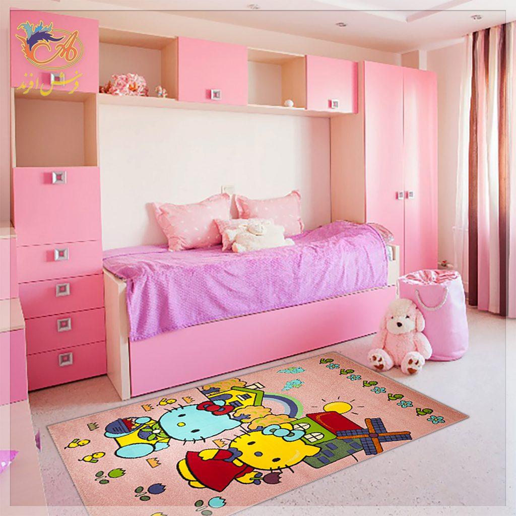 شما در این تصویر فرش سیسمونی افرند طرح کیتی را میبینید. زمینه فرش صورتی کمرنگ است. نقاشی دو شخصیت کارتونی کیتی روی آن وجود دارد که با رنگهای زرد و آبی و قرمز خود کنتراست بالایی ایجاد کردهاند.