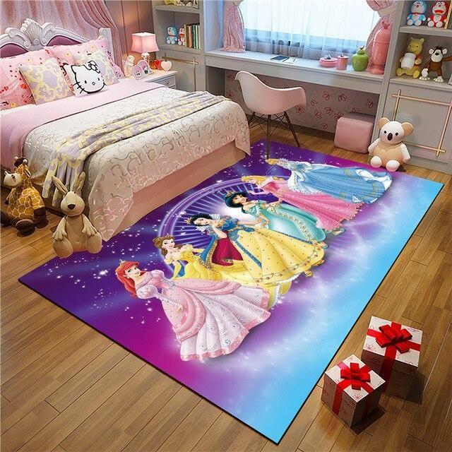 در این تصویر یک فرش کودک دخترانه با طرح شخصیتهای کارتونی مورد علاقهی دختران را مشاهده میکنید.