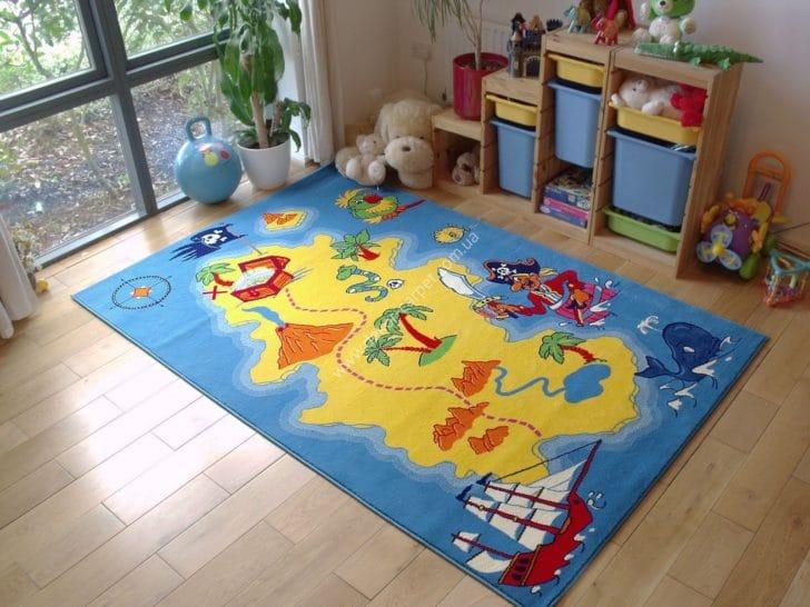 در این تصویر فرش کودک پسرانه با طرح نقشهی گنج را میبینیم. این طرح به افزایش قوه تخیل و یادگیری بصری کودکان کمک میکند.